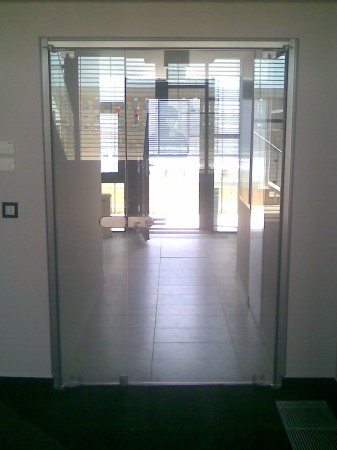 Alsó - felső forgáspontos ajtó, nyitható oldalszárnyal