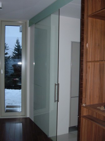 Fal elé húzható tolóajtó felső üvegburkolattal