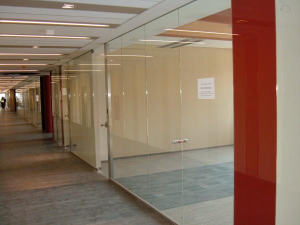 Belső üvegfal, beléptető rendszerrel