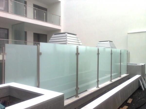 Gépészeti elemeket takaró üvegkorlát