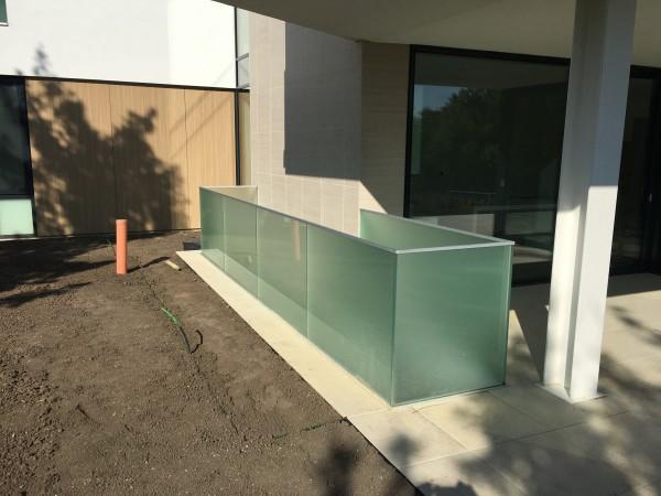 Alsó sínes üvegkorlát