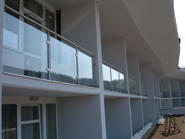 Kültéri oszlopos üvegkorlát