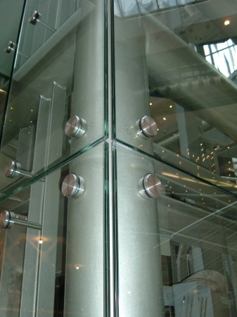 Előfeszített laminált üvegek, pontmegfogással