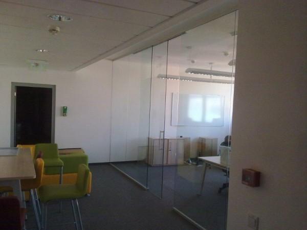 Üvegfal, integrált EKU típusú tolóajtóval