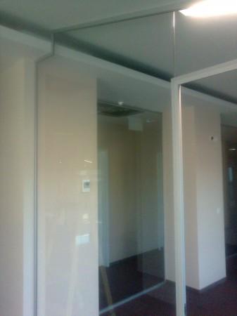 Üvegfalba integrált KPZ ajtótok