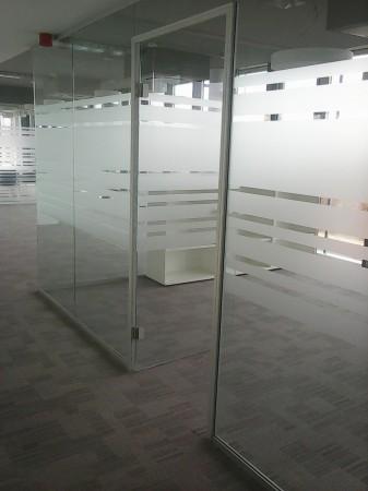 Üvegszerkezetbe integrált ajtótok