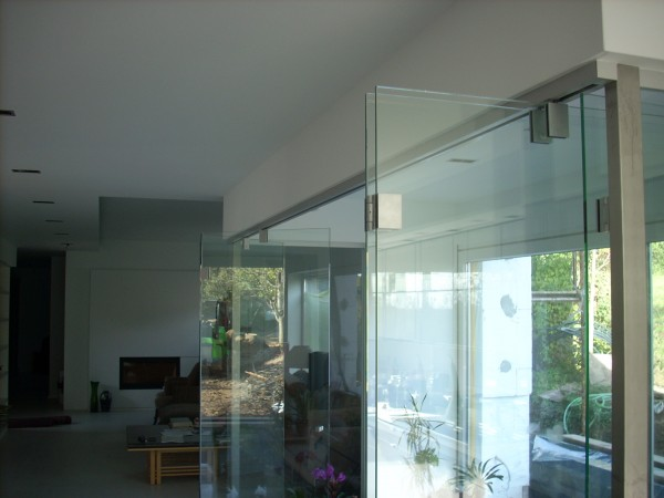Felső függesztésű üveg harmonika ajtó