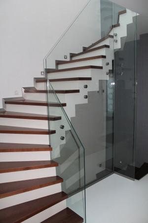 Üvegoldalú lépcsőtest