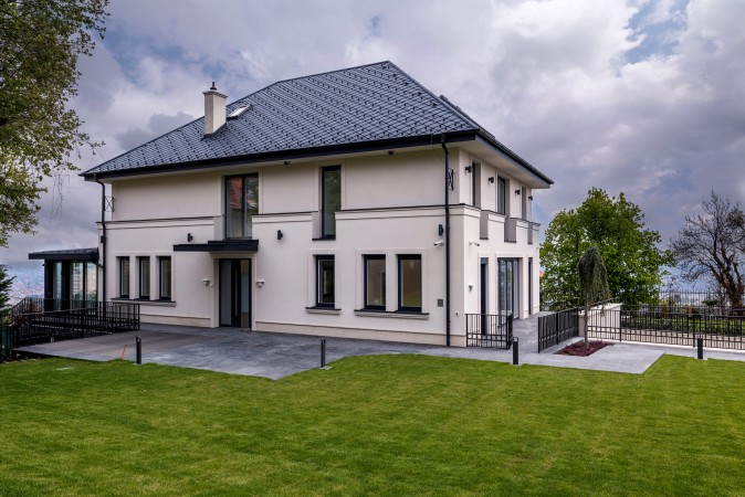 Családi ház, francia erkélyek